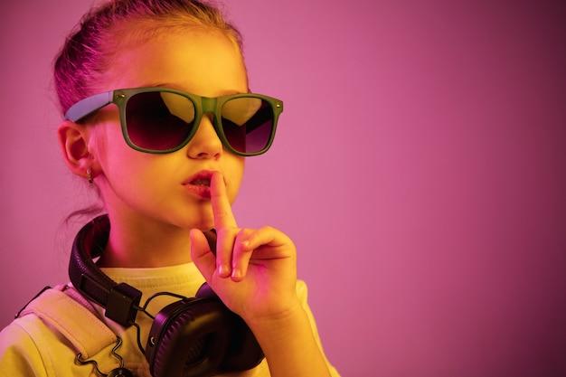 Молодая девушка с наушниками, наслаждаясь музыкой