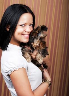 彼女のヨーキーの子犬を持つ少女