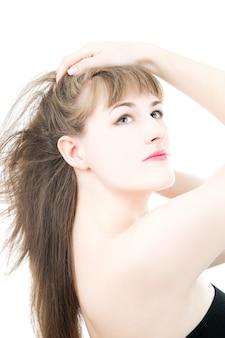 白で隔離の長い髪の少女