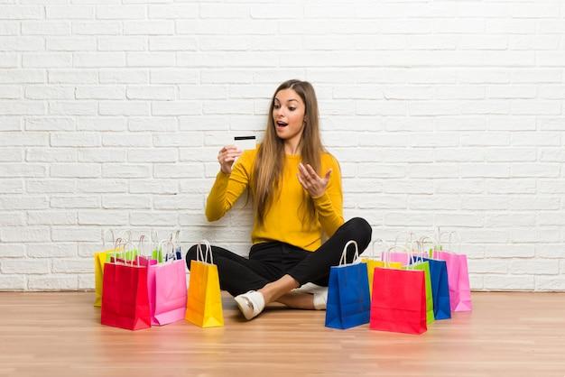 쇼핑백을 많이 신용 카드를 들고 어린 소녀