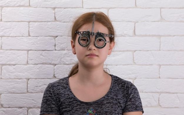 Молодая девушка в оптических медицинских очках