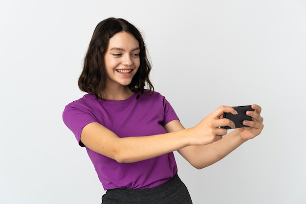 Молодая девушка с телефоном на изолированном белом