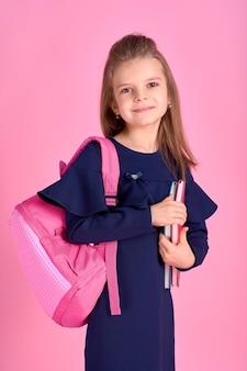 Молодая девушка с розовым рюкзаком