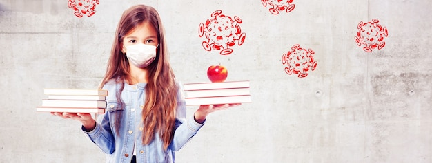 Молодая девушка с защитной маской от вируса короны в школе.
