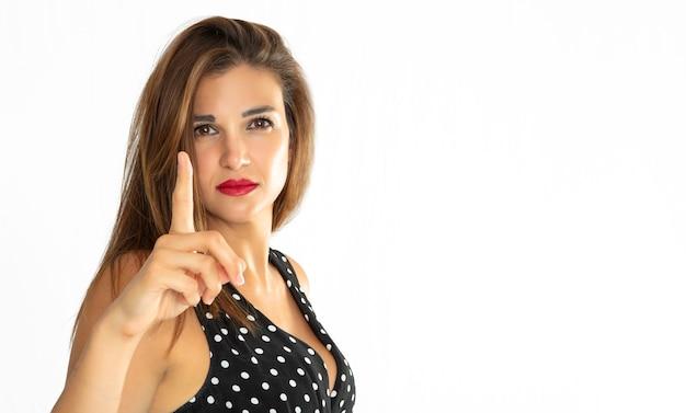 警告位置に上げられた指を持つ少女