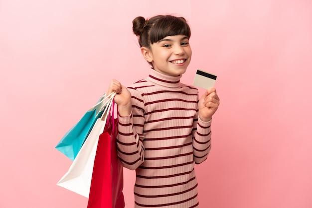 幸せそうに見えて自分を誇りに思っている買い物袋を持つ少女