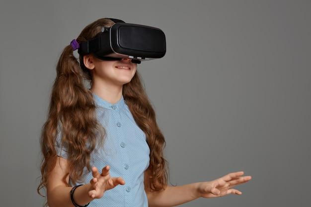 Молодая девушка в очках виртуальной реальности