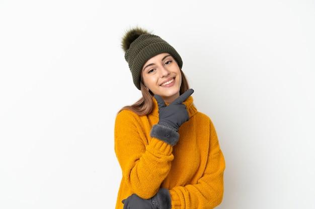 겨울 모자와 어린 소녀 흰색 배경에 행복 하 고 웃 고 고립