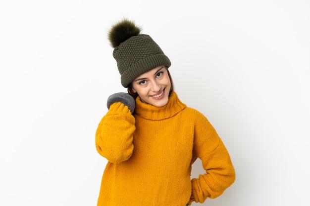 흰색 배경 웃음에 고립 된 겨울 모자와 어린 소녀