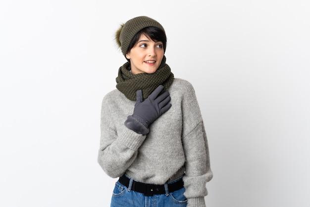 笑顔で見上げる冬の帽子を持つ少女