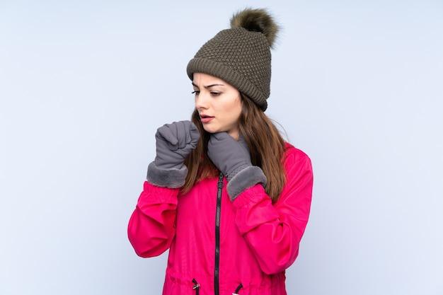 Молодая девушка в зимней шапке