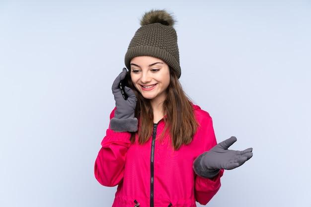 冬の帽子を持つ少女