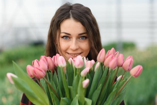 어린 소녀, 온실에서 꽃과 노동자