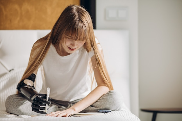Молодая девушка пишет книгу