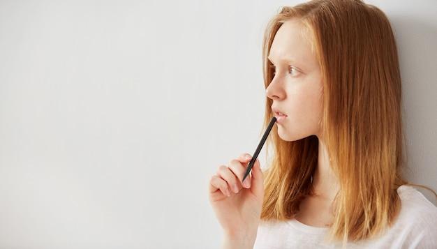 若い女の子が彼女のノートに書き込む
