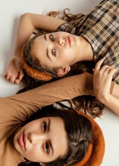 바닥에 누워 젊은 여자 친구