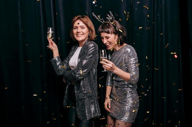 Молодые девушки вместе празднуют новый год