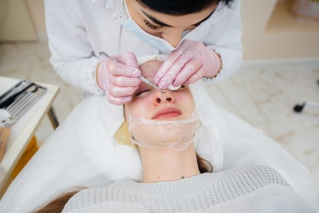 어린 소녀들은 현대 미용 클리닉에서 기계적인 얼굴 청소를합니다. 미용술.