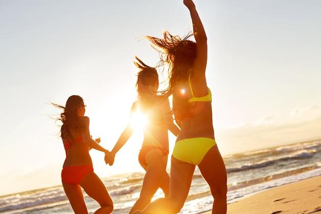 태양, 모래, 바다를 즐기는 어린 소녀들