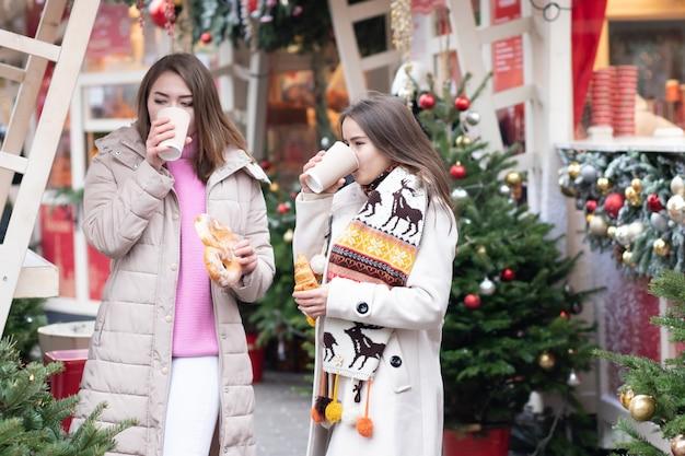 어린 소녀들은 도시에서 만나고, 걷고, 롤빵으로 커피를 마시고, 이야기하고, 토론하고, 웃습니다.