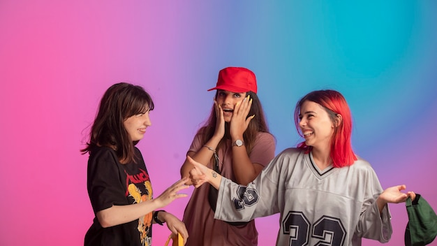 Молодые девушки веселятся на дискотеке.