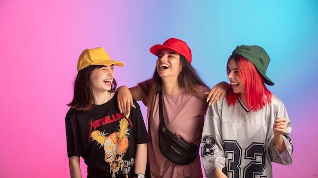 Молодые девушки веселятся на вечеринке для подростков.