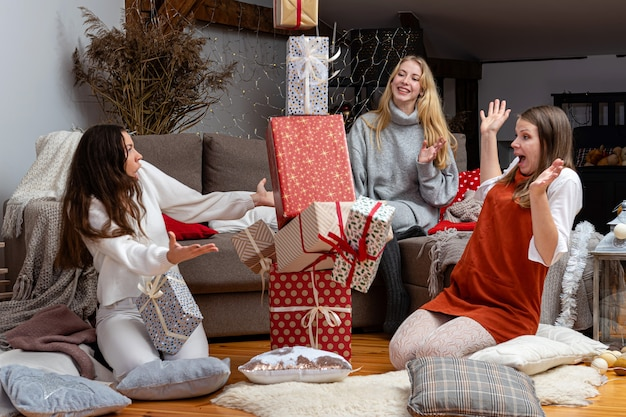 집에서 선물 포장 재미 어린 소녀, 크리스마스 선물 포장 친구의 훌륭한 팀워크, 새해와 크리스마스 다가올 준비