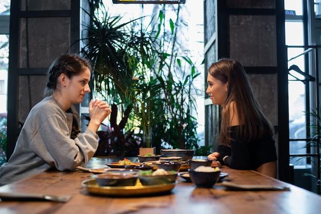 タイ料理やアジア料理を持つ若い女の子