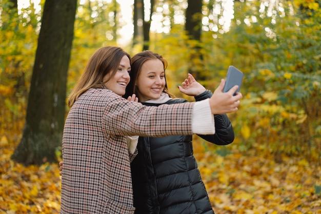어린 소녀들은 생활 방식 이동성의 개념으로 전화로 웃고 이야기합니다.