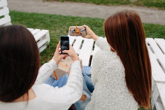 어린 소녀는 모바일 사진을 복용