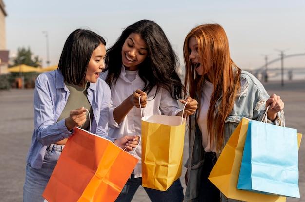 야외에서 쇼핑 후 산책하는 어린 소녀