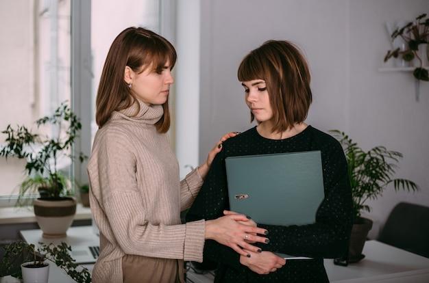 직장에서 어린 소녀 쌍둥이 자매. 여자는 화를 내고 동료는 그녀를 위로한다. 직장에서의 어려움.