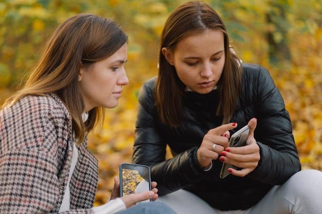 어린 소녀들은 휴대 전화를 사용하여 라이프 스타일 이동성의 개념을 사용합니다.