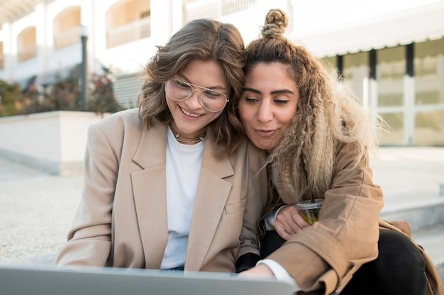 Молодые девушки смотрят что-то на ноутбуке