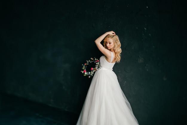Молодая гламурная невеста в свадебном платье портрет.