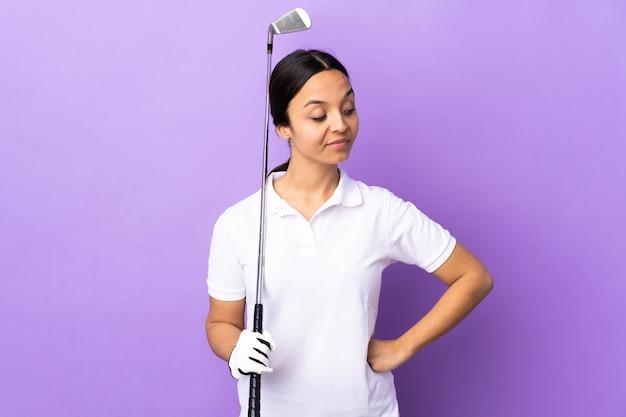 측면을 보면서 다채로운 의심을 통해 젊은 골퍼 여자