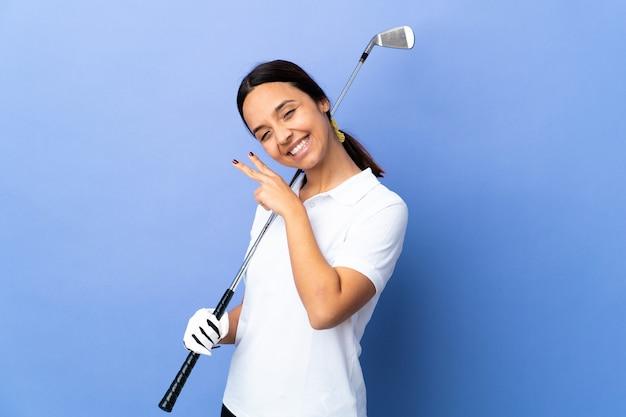 화려한 웃 고 승리 기호를 보여주는 젊은 골퍼 여자