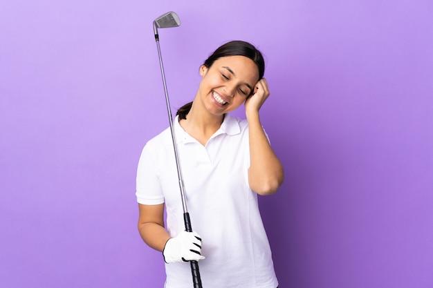 웃 고 고립 된 화려한 배경 위에 젊은 골퍼 여자