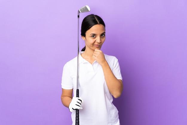 고립 된 화려한 배경 생각을 통해 젊은 골퍼 여자