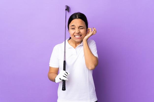 Молодая женщина гольфист над изолированных красочные разочарование и охватывающих уши