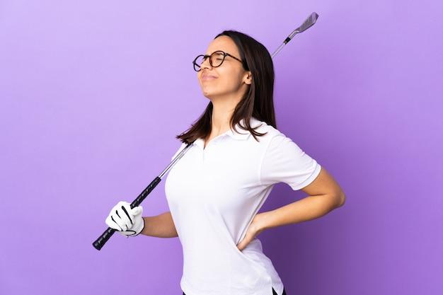 努力をしたため腰痛に孤立したカラフルな苦しみ以上の若いゴルファー女性