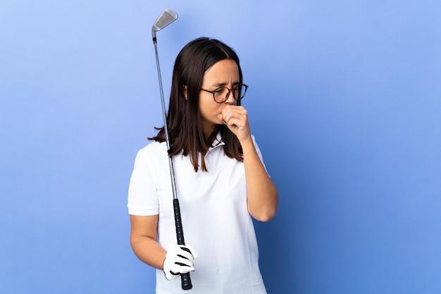 Молодая женщина-гольфист над изолированной красочной стеной много кашляет