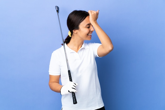 고립 된 화려한 통해 젊은 골퍼 여자