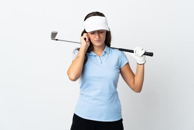 좌절과 귀를 덮고 고립 된 흰색 배경 위에 젊은 골퍼 여자