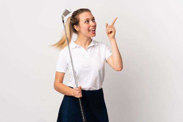 검지 손가락으로 좋은 아이디어를 가리키는 격리 된 흰색 배경 위에 젊은 골퍼 여자