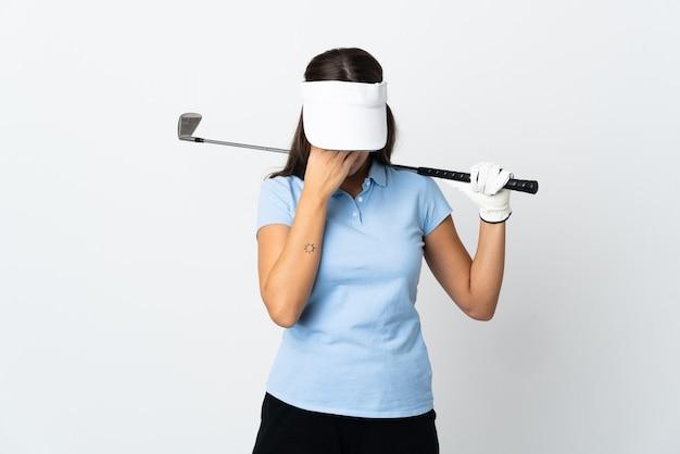 Молодая женщина-гольфист на изолированном белом фоне с усталым и больным выражением лица