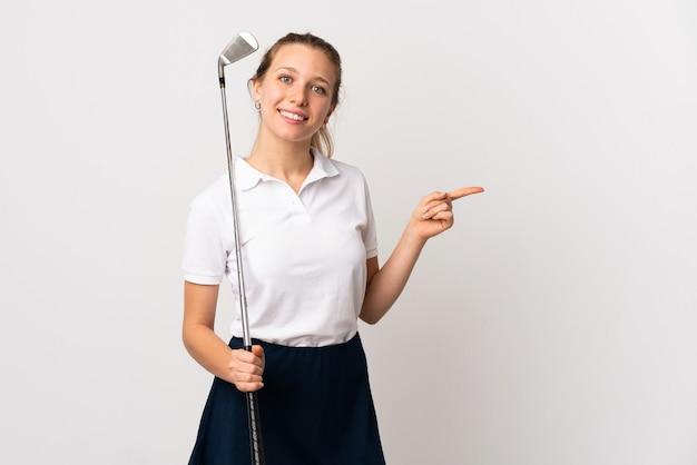 측면에 고립 된 흰색 가리키는 손가락을 통해 젊은 골퍼 여자