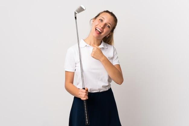 승리를 축 하하는 격리 된 흰 벽에 젊은 골퍼 여자