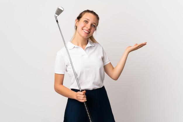 와서 초대 측면에 손을 연장 격리 된 흰 벽을 통해 젊은 골퍼 여자