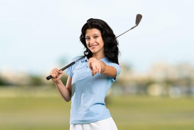 야외에서 자신감을 표현하는 젊은 골퍼 여자 포인트 손가락